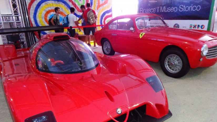 … i futurystycznej Alfy Romeo. W towarzystwie oldtimera Ferrari, żeby się nie nudziła.