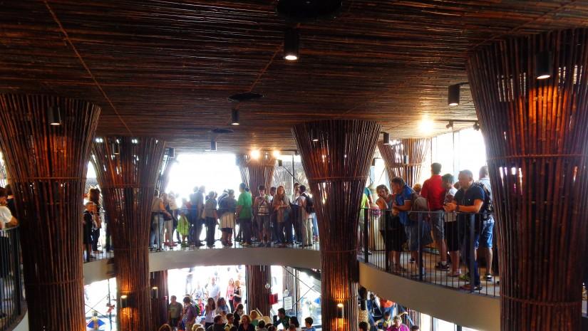 Wnętrze bambusowego pawilonu Wietnamu.