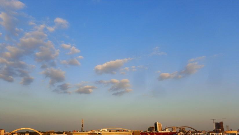"""Widok na tereny Expo ze szczytu pawilonu Trydentu-Górnej Adygi w porze tzw. """"golden hour""""."""