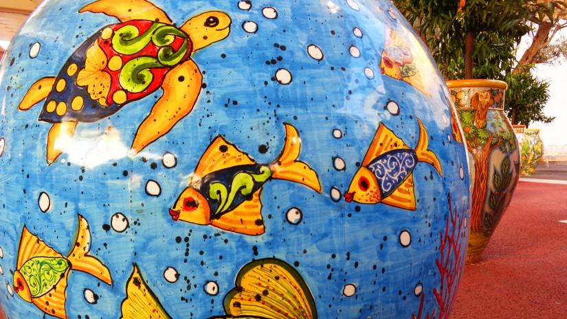 Tradycyjna, kolorowo malowana ceramika z południa Włoch przed pawilonem Sycylii.