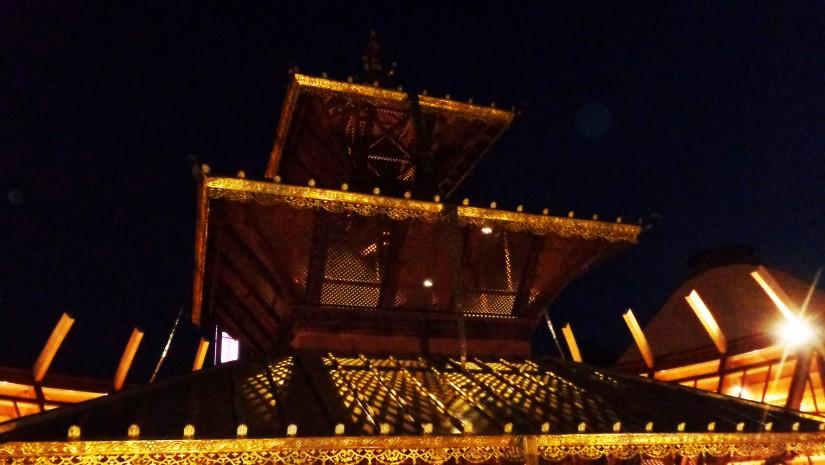 W Tybecie bardzo powszechny jest zwyczaj wieszania buddyjskich chorągiewek modlitewnych na drzewach i słupach oraz pod sufitami i dachami – wierzy się, że dzięki temu teren zostaje oczyszczony ze złych duchów.