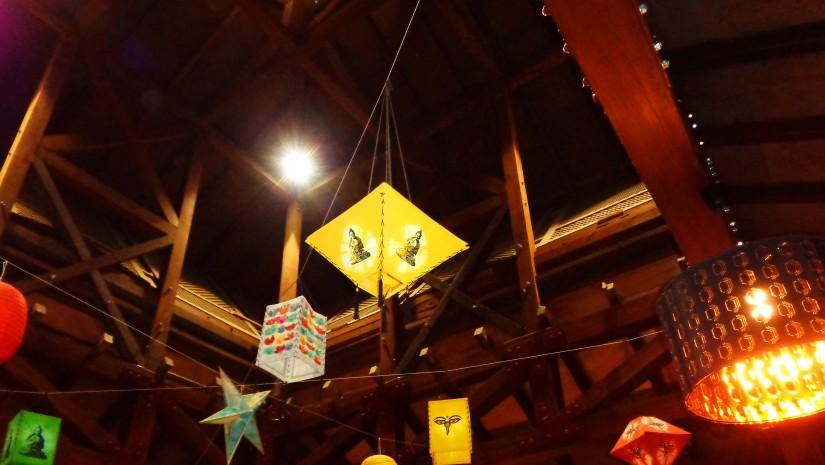 Pod sufitem drewnianej pagody Nepalu powieszono kolorowe lampiony, dzięki czemu odwiedzający mogą podziwiać fantastyczną grę świateł i cieni.