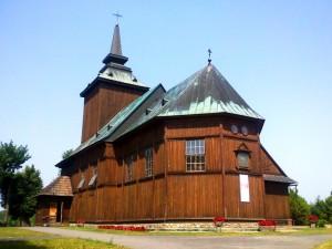 Drewniany kościółek w Lewiczynie wiosną (źródło www sanktuarium-lewiczyn pl)