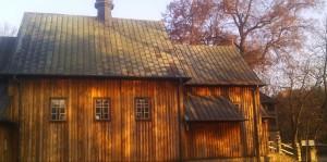 Piękny, miodowy odcień drewna kościoła w Jasionnej pod Białobrzegami