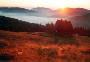 Bacówka na Rycerzowej Wielkiej o zachodzie słońca (fot. M. DRZEWO Walęga)