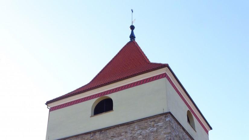 Kamienna baszta przy rynku, a za nią po lewej wieża konkatedry Narodzenia NMP