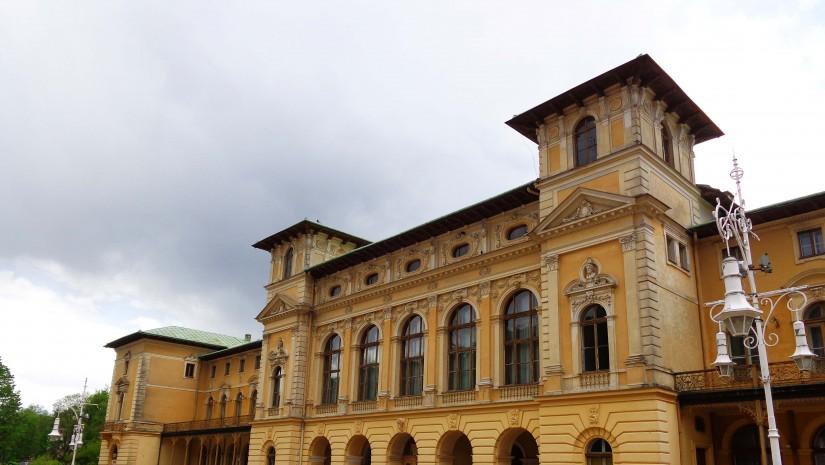 Główny deptak w Krynicy i oraz przypominający pałac, neorenesansowy Stary Dom Zdrojowy (1880-1889). Na parterze znajduje się pijalnia Mieczysław.