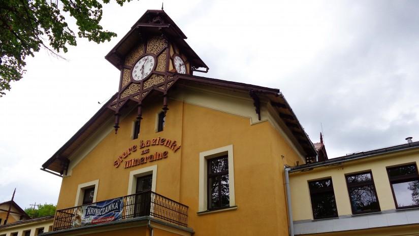 Józef Dietel, lekarz, który zapoczątkował balneologiczną terapię w Krynicy Górskiej, zbudował stare Łazienki Mineralne w latach 1863-1866. W środku zrobiono 72 pokoje z 82 wannami do kąpieli mineralnych, łaźnie parowe oraz specjalne kapsuły borowinowe.