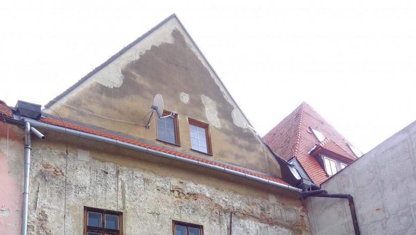Kamienice przy rynku w Bradiowie – widok od podwórka.