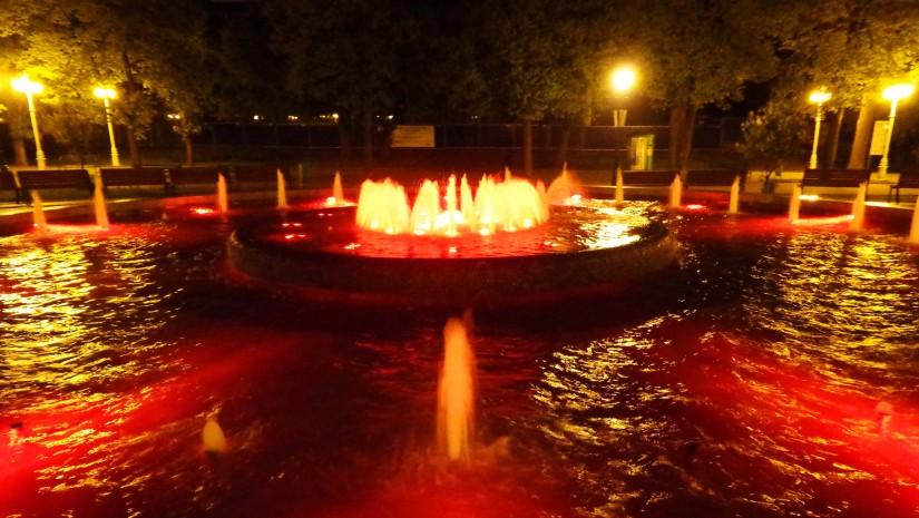 Kolorowe, podświetlane fontanny w Parku Zdrojowym Krynicy-Z droju.