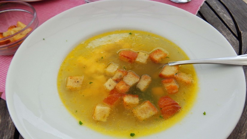 Najsłynniejsza zupa naszych południowych sąsiadów – česneková polévka albo po prostu česnečka. Jej głównym składnikiem jest rzecz jasna czosnek – drobno starty nadaje wywarowi intensywny smak i aromat. Zupę podaje się ze startym żółtym serem, który od razu roztapia się pod wpływem ciepła oraz chrupiącymi grzankami – krutonami. Czasem można też dodać lekko roztrzepana jajko, które szybko ścina się w gorącej česnečce.