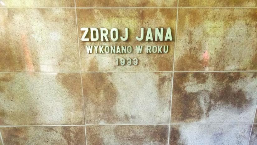 Nazwa źródła Jan pochodzi od imienia kąpielowego, odpowiedzialnego za dostawę wody do słynnych kąpieli borowinowych.
