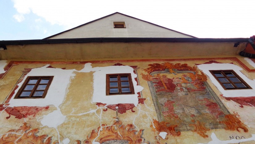 Odsłonięte freski na jednej z kamienic przy rynku.