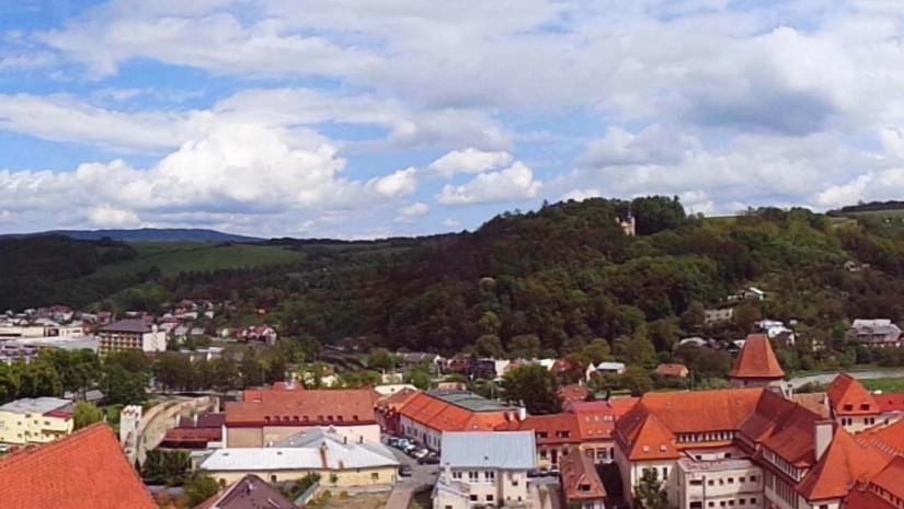 Panoramiczne ujęcie z kościoła Św. Idziego. W oddali pięknie widać wzniesienia Pogórza Ondawskiego. Bardiów położony jest na wysokości 277 m n.p.m.