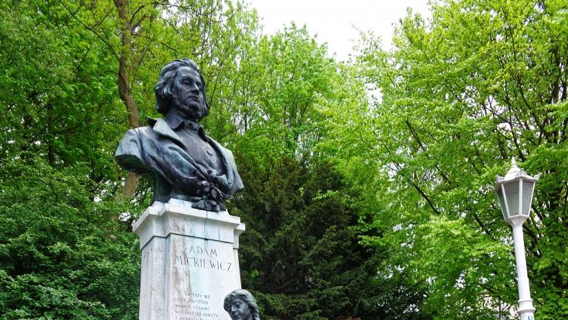 Pomnik Mickiewicza w krynickim Parku Zdrojowym zaprojektował w 1906 r. Antoni Popiel. Obok popiersia poety stoi jego ukochana, Maryla Wereszczakówna.