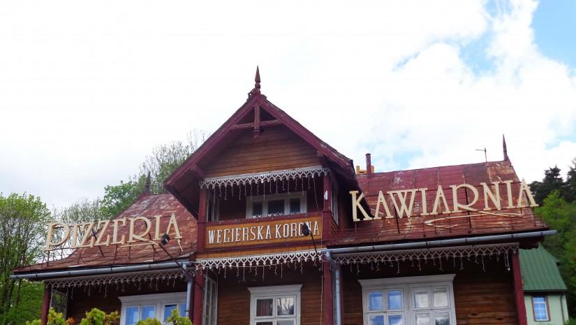 Powstała w 1880 r. Węgierska Korona dziś mieści pizzerię i kawiarnię. W środku zaprezentowano galerię starych fotografii przedstawiających zimowych sportowców.