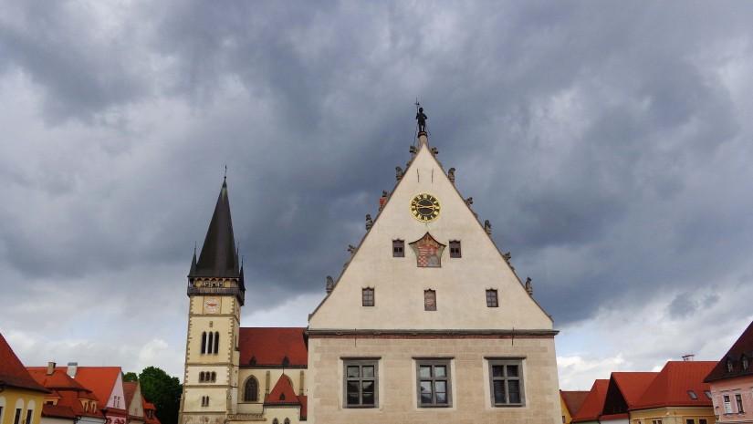 Ratusz w Bardiowie został wykonany między 1505 a 1509 rokiem. Łączy w sobie 2 style: gotyk (typowe łuki nad wejściami oraz rzeźby zdobiące dach ratusza: zwierzęta i ludzie różnych zawodów o nieproporcjonalnie dużych głowach) oraz renesans (prostokątne okna i szczyty).