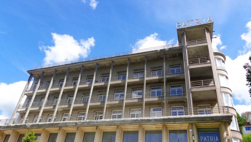 Sanatorium Patria została wzniesiona w latach 1932-34. Jej architektem był Bohdan Pniewski. W przeciwieństwie do innych jego prac, utrzymanych w duchu funkcjonalizmu, Patrię cechował styl bardziej klasycyzujący, co objawiało się monumentalizmem, harmonią w proporcjach oraz wykorzystaniem klasycznych elementów dekoracyjnych, takich jak kolumny, gzymsy, portyki, kasetony i ryzality. Wnętrze wyłożono marmurami i alabastrami sprowadzonymi z Lwowa.