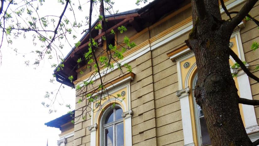 Tuż obok Starych Łazienek Mineralnych znajdują się eklektyczne Łazienki Borowinowe z 1881 r. Obecnie pojawił się pomysł, aby zrobić w nich teatr i muzeum.