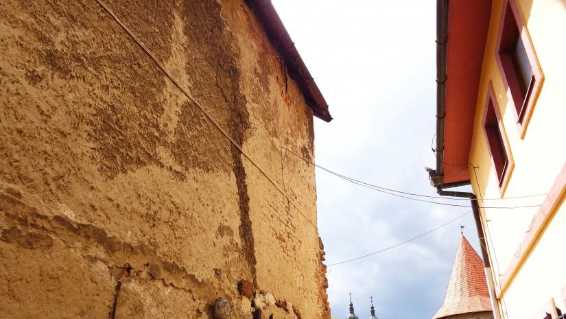 Wąskie uliczki w Bardejowie mają fantastyczny klimat! Kremowo-żółta budowla z kopułami na horyzoncie to Cerkiew Św. Piotra i Pawła. Ta neoromańska świątynia została wybudowana dla prawosławnych osadników z Rusi.