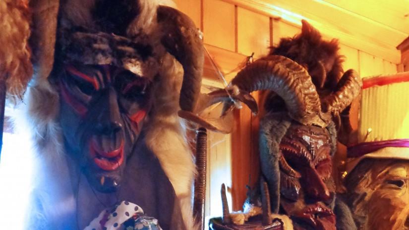 W koniakowskim muzeum można także podziwiać kostiumy i maski używane podczas kolędowania.