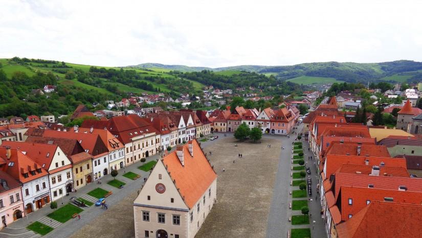 W przeciwieństwie do innych miast w dawnych północnych Węgrzech, których rynek miał zazwyczaj kształt owalu, Bardiów został zaprojektowany na planie szachownicy – podobnie jak miasta polskie. Uliczki zaczynały się albo w narożach rynku, albo w pośrodku pierzei.