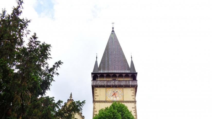 Wewnątrz kościoła Św. Idziego znajduje się 11 ołtarzy, wszystkie w stylu późnego gotyku. Jeden z nich – ołtarz Narodzenia Pańskiego – powstał w warsztacie Wita Stwosza, autora słynnego ołtarza w krakowskim Kościele Mariackim. Na uwagę zasługuje także znajdujący się w części ołtarza Św. Barbary Tron Łaski, wyrzeźbiony przez równie znamienitego Mistrza Pawła z Lewoczy.