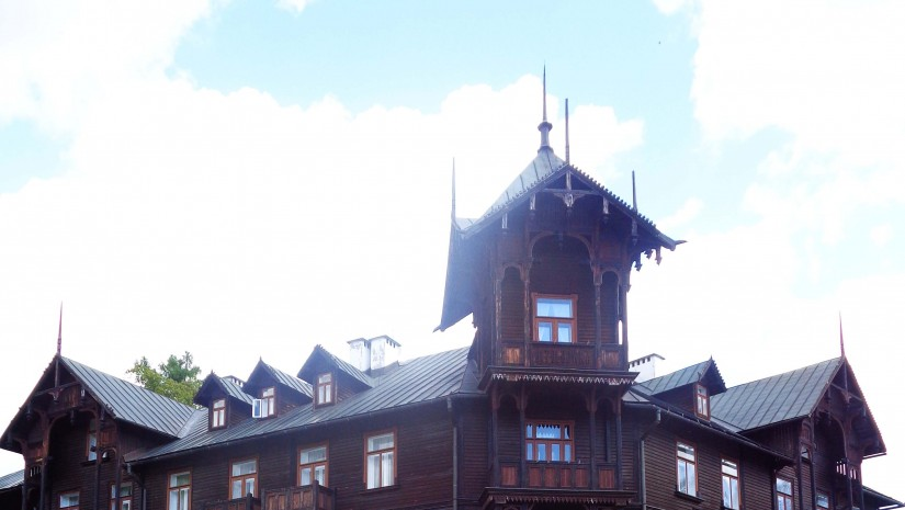 Willa zaprojektowana została w bardzo modnym tamtymi czasy stylu szwajcarskim. Niestety po serii pożarów, które strawiły inne budynki na słynnym Deptaku, podjęto decyzję o jej przebudowie. Deski zdemontowano, ustawiono murowany szkielet, a potem ponownie przykryto go drewnem.