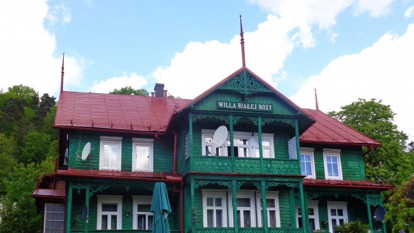 Wpisana do rejestru zabytków Willa Białej Róży pochodzi z 1856 r. i stoi niedaleko Witoldówki na Bulwarach Dietla.