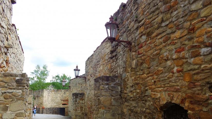 Wspaniałym pomysłem jest odbyć spacer po murowanym barbakanie, który ciągnie się dookoła Starego Miasta w Bardejowie i jest jednym z najlepiej zachowanych na Słowacji. Na murach obronnych zbudowano 2 bramy oraz 11 baszt (jedna jest tak duża, ze odbywają się w niej różnego rodzaju imprezy kulturalne).