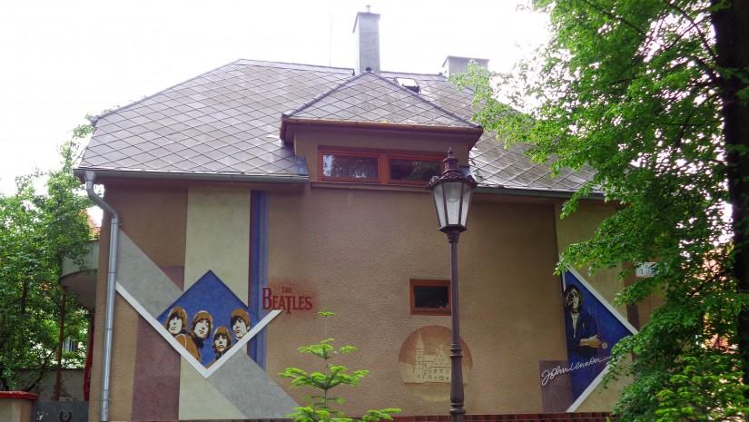 Wykonany przez fana Beatelsów mural na bardiowskiej kamienicy…