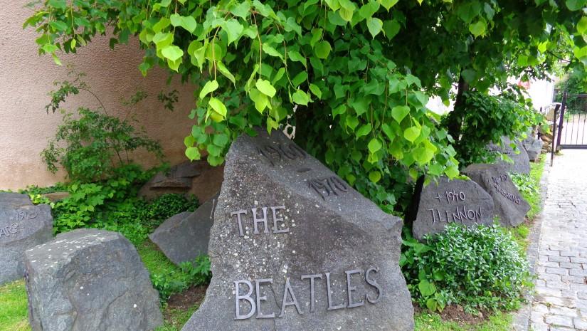 """… oraz """"beatlesowy"""" ogródek."""