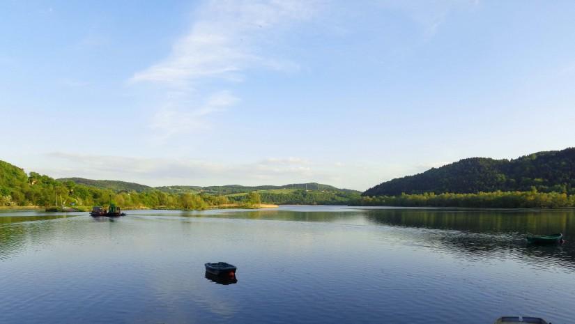 Jezioro Rożnowskie powstało przez utworzenie zapory wodnej na Dunajcu. Jej budowę rozpoczęto w 1935, zaś ukończono w 1941 r.