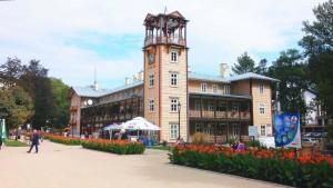 Główny deptak w Iwoniczu-Zdroju i słynny Bazar - 2-piętrowy budynek z wieżą zegarową wzniesiony w 1875 r. Obecnie mieszczą się w nim pawilony handlowe.