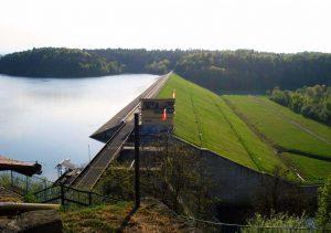 30-metrowej wysokości tama na rzece Rabie utworzyła Zbiornik Dobczycki (źródło - Googlemaps)
