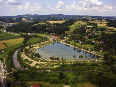 Widok na Zalew w Łapanowie z lotu ptaka (źródło - fanpage gminy Łapanów)