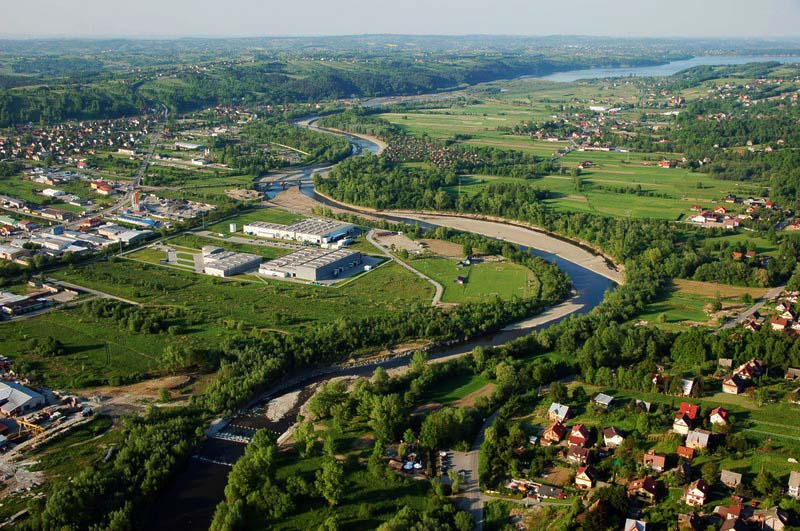 Widok na rzekę Rabę z lotu ptaka. W prawym górnym rogu widać Zbiornik Dobczycki (fot. Ł. Ślusarczyk, źródło - www.nadraba.pl)