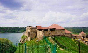 XIV-wieczny zamek nad Jeziorem Dobczyckim malowniczo wznosi się na wzgórzu nad rzeką Rabą (źródło - Googlemaps)
