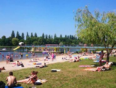 Morskie Oko we Wrocławiu przy ładnej pogodzie przyciąga naprawdę sporo ludzi. Plaży jest jednak pod dostatkiem.