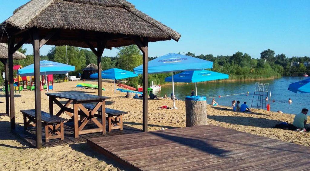 Tropicana w podpoznańskich Owińskach to duża, zrobiona w egzotycznym klimacie plaża, strzeżone kąpielisko oraz Wakepark