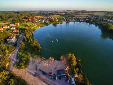 Widok z lotu ptaka na Jezioro Kielno w okolicy Trójmiasta