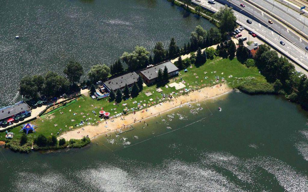 Widok z lotu ptaka na wrocławskie Glinianki. Przy zbiorniku na pierwszym planie widać strzeżone kąpielisko i plażę, drugi akwen przeznaczony jest do uprawiania sportów wodnych.