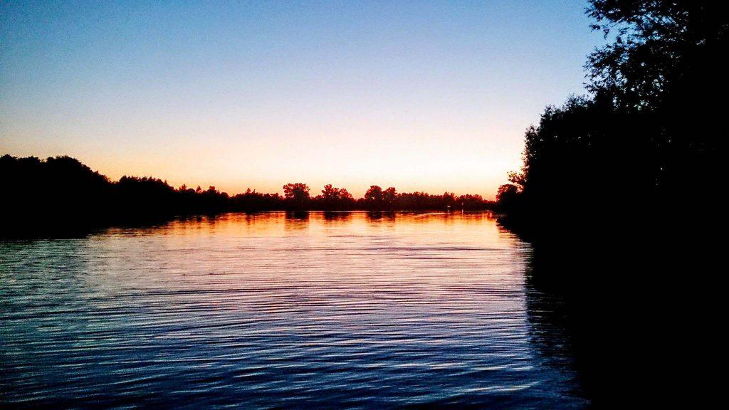 Jezioro Dziekanowskie po zachodzie słońca